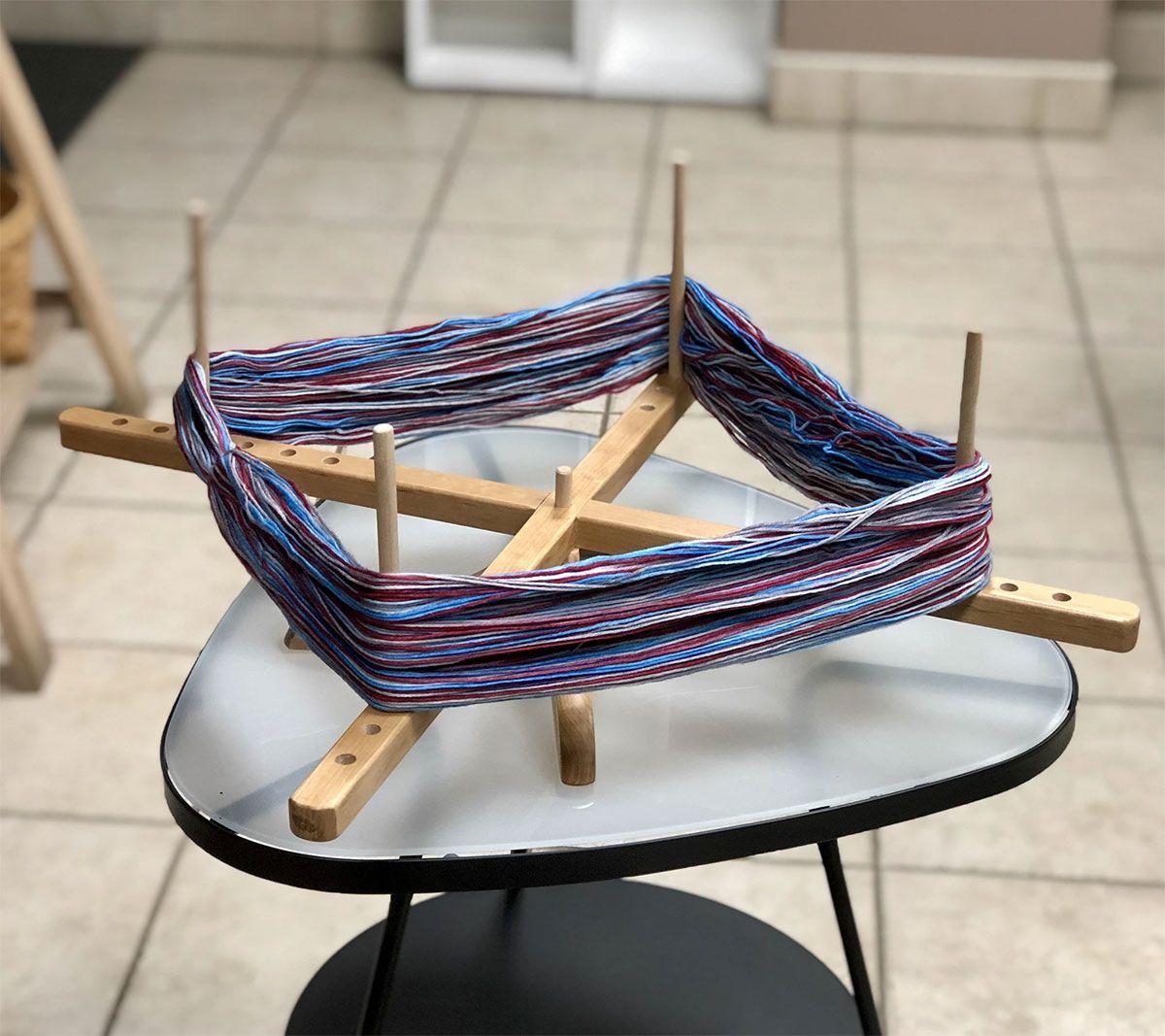 Dévidoir pour laine en bois sur table ChiaoGoo
