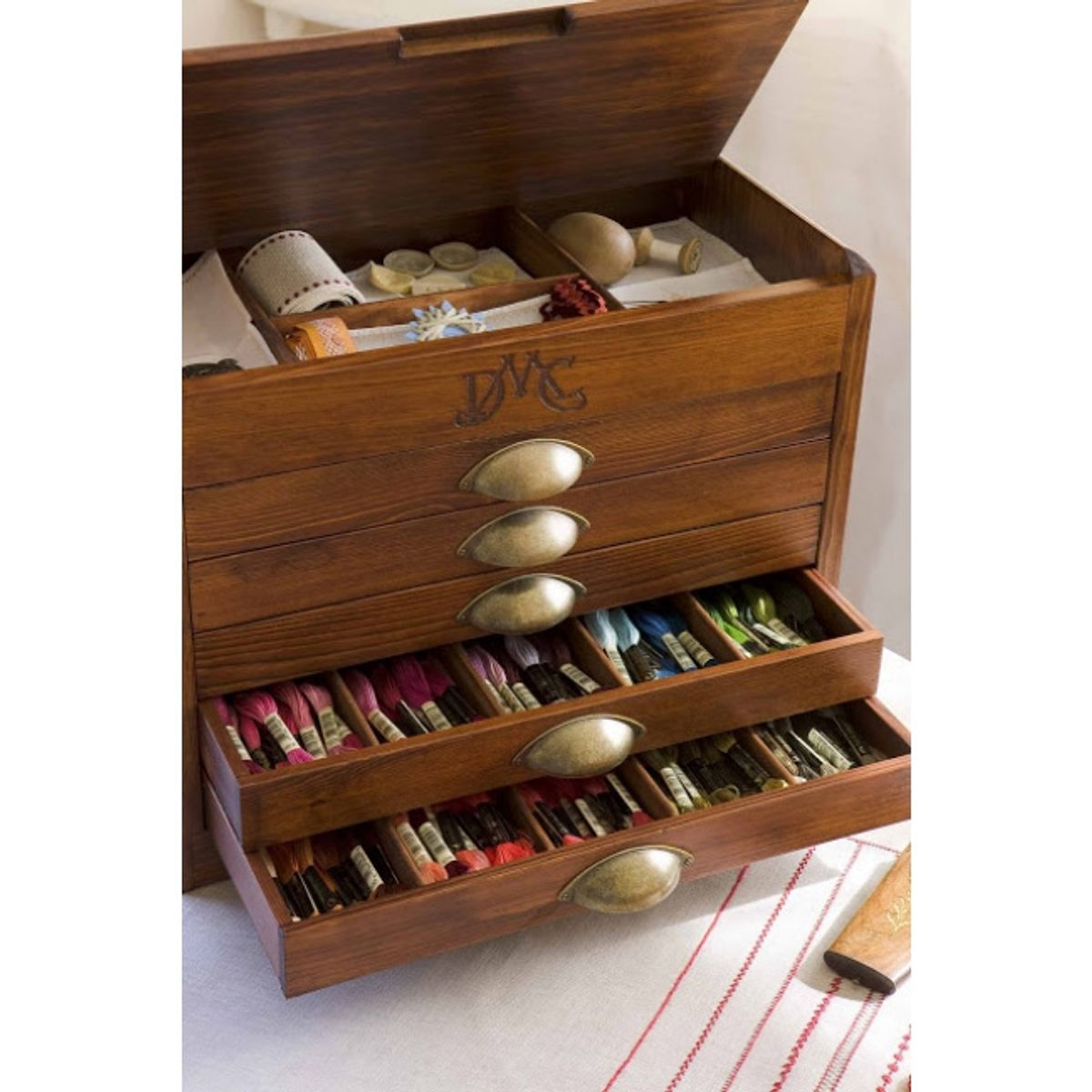 Meuble vintage en bois DMC avec 500 moulinés
